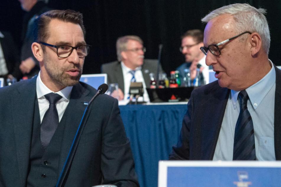 Hertha-Präsident Werner Gegenbauer (rechts) spricht auf der Mitgliederversammlung mit Michael Preetz.