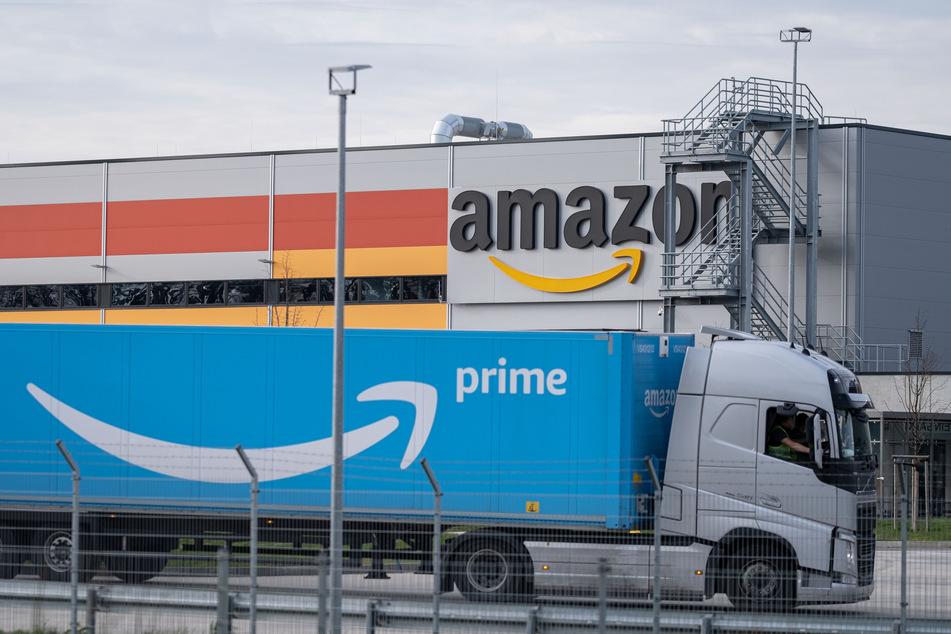 Ein Lkw steht auf dem Gelände vom Amazon-Sortierzentrum in Garbsen. (Archivbild)