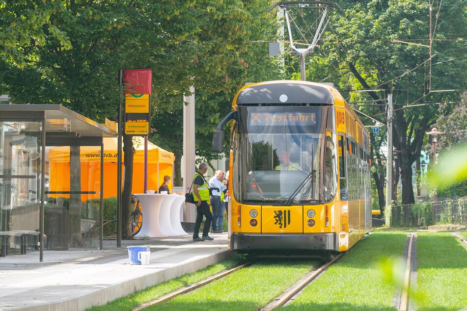 Die Haltestelle Hebbelplatz wurde saniert. Die Gleise liegen jetzt weiter auseinander, damit die neuen Strabas Platz haben.