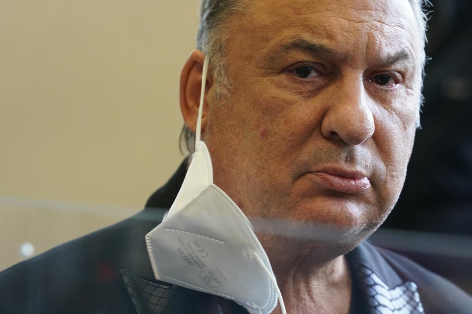 """Der Angeklagte """"Milliarden Mike"""" steht zu Beginn des Prozesses im Sitzungssaal."""