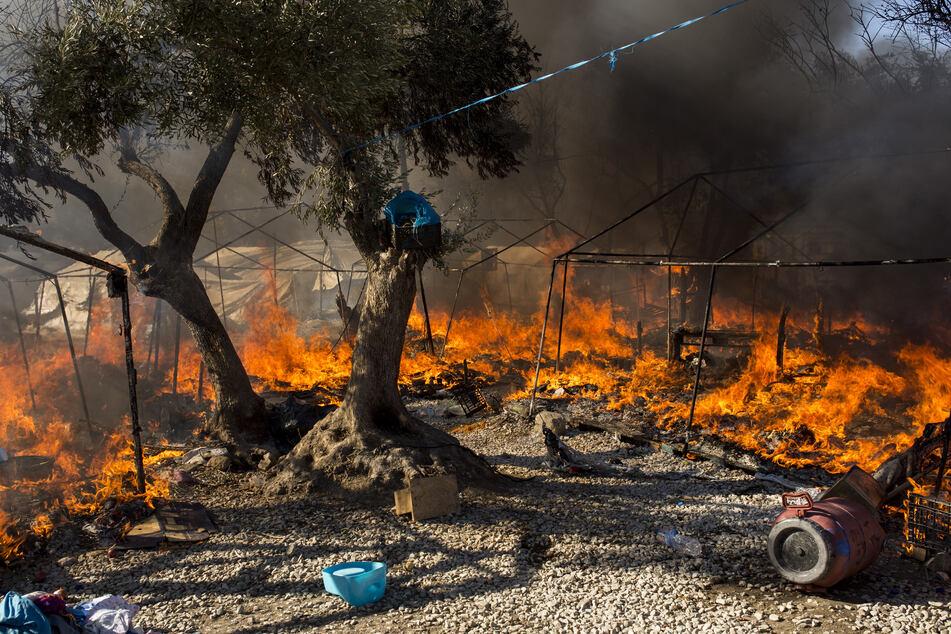 Griechenland, Moria: Im bereits ausgebrannten Flüchtlingslager Moria stehen Zelte in Flammen. Mehrere Brände haben das Lager fast vollständig zerstört.
