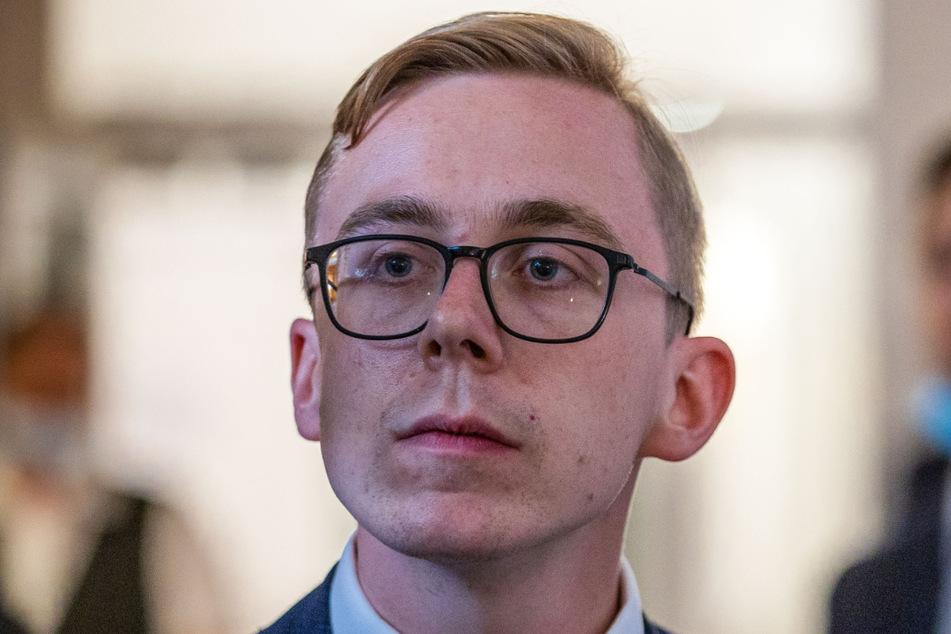 Der CDU-Bundestagsabgeordnete Philipp Amthor (28) hat wegen eines Fotos mit vermeintlichen Nazis derzeit ein Problem in den sozialen Medien.
