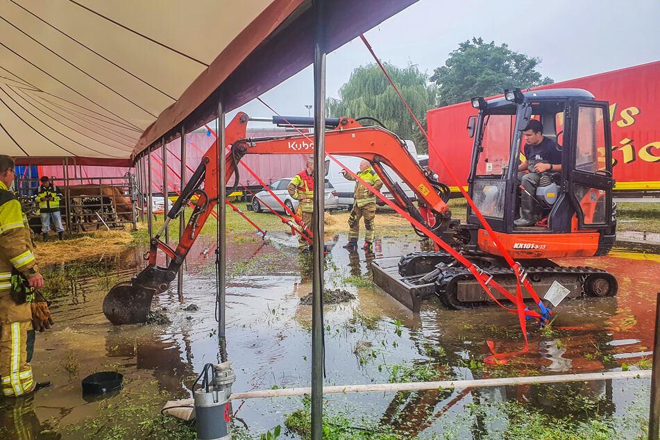 Die Feuerwehr musste beim Zirkus baggern, um Pumpen installieren zu können.