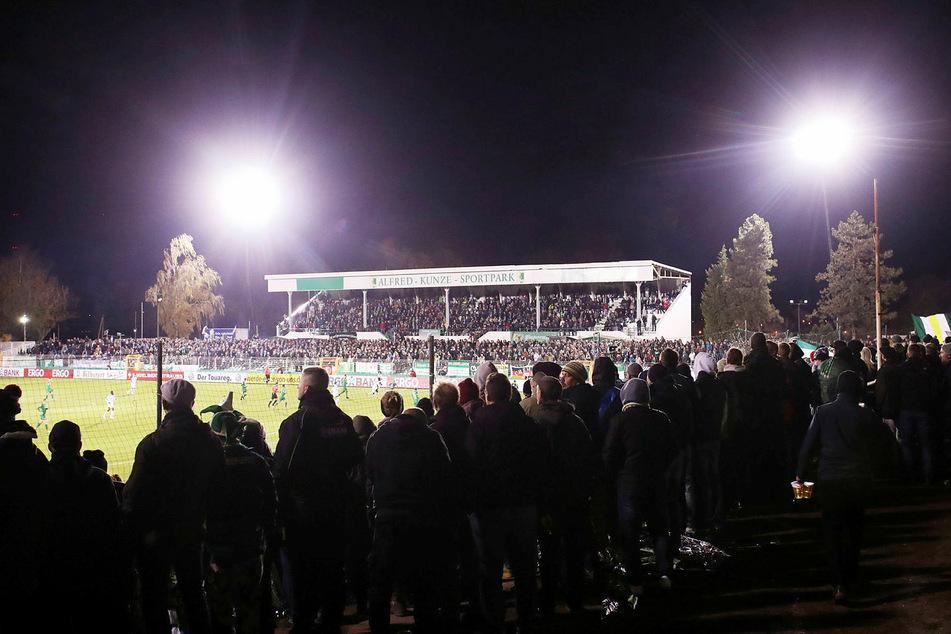Oktober 2018: Im DFB-Pokal-Spiel gegen den SC Paderborn erstrahlt der Alfred-Kunze-Sportpark aufgrund von mobilen Flutlichtmasten. Die stehen jetzt nicht mehr. Und da liegt das Problem.