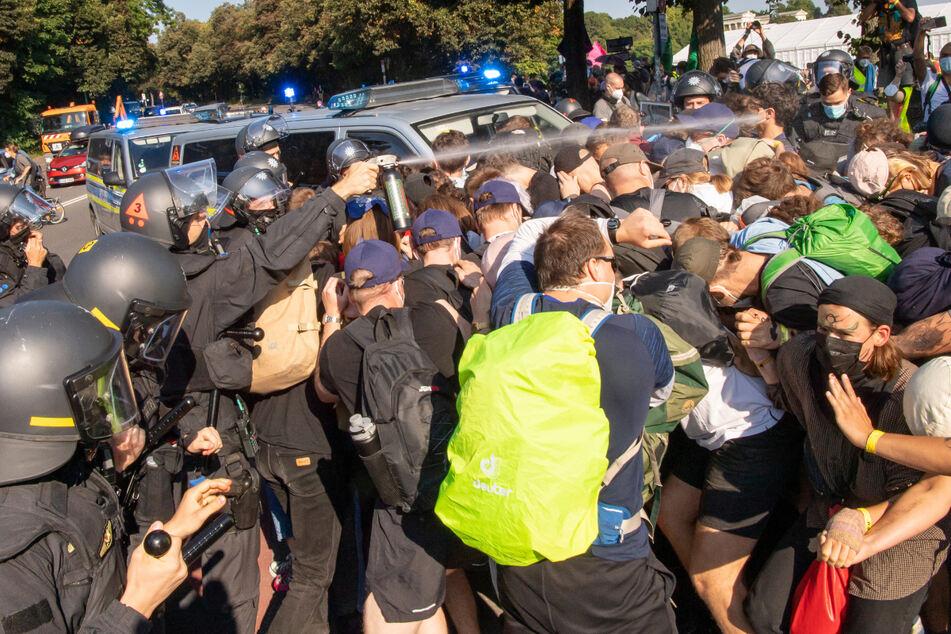 München: IAA-Proteste eskalieren: Polizei setzt Pfefferspray und Schlagstöcke in München ein!