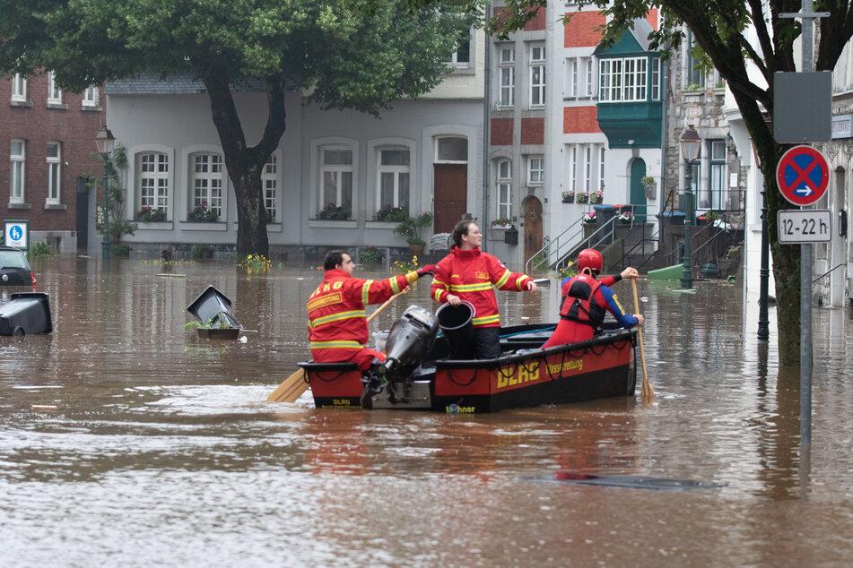Helfer der DLRG sind in NRW mit Booten im Einsatz, um Menschen aus den gefährlichen Gewässern zu retten.