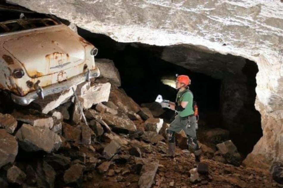 In der vermeintlichen Höhle fanden die Forscher neben dem verlassenen Minen-Werkzeug auch ein altes Auto.