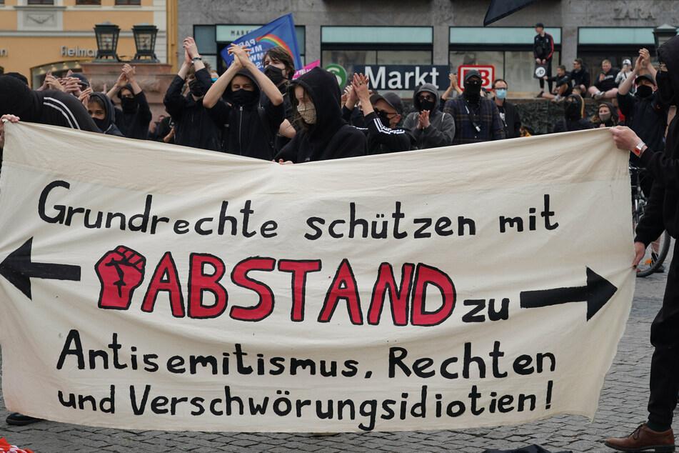 Auf dem Leipziger Marktplatz trafen hunderte Demonstranten aufeinander.