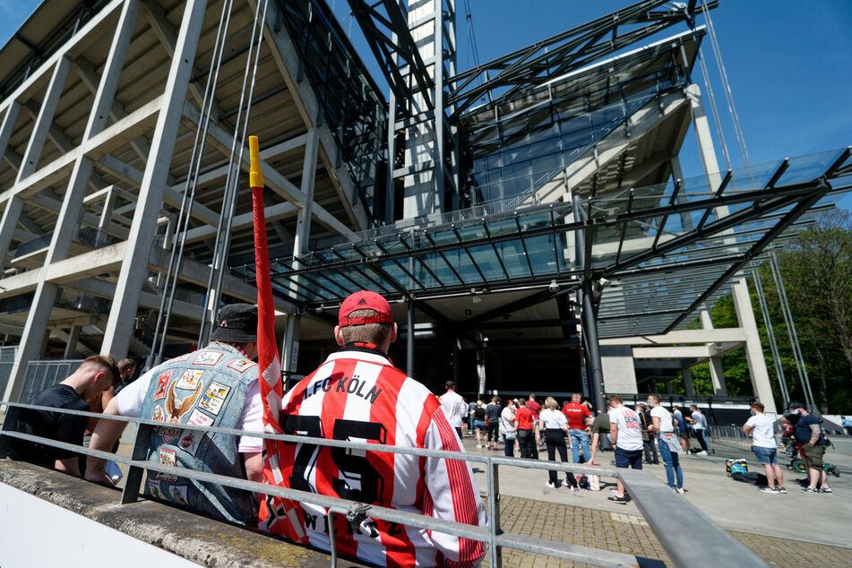 Fans des 1. FC Köln standen am 9. Mai vor dem RheinEnergie Stadion, um ihre Mannschaft beim Spiel gegen den SC Freiburg anzufeuern.