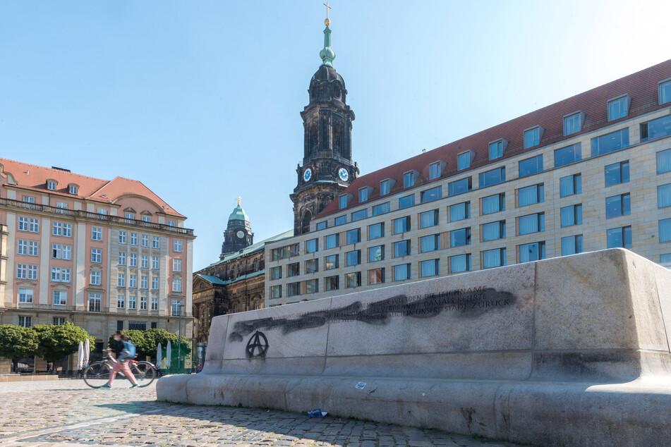 Die Schmierereien auf der Inschrift für die Opfer der Bombardierung Dresdens auf dem Altmarkt wurden entfernt.