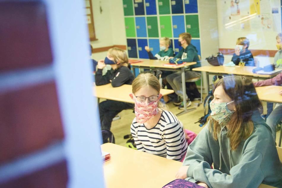 Gehören diese Bilder von Schülern mit Masken der Vergangenheit an? Die GEW hält Beeinträchtigungen im Unterricht durch die Corona-Pandemie auch im kommenden Schuljahr für möglich