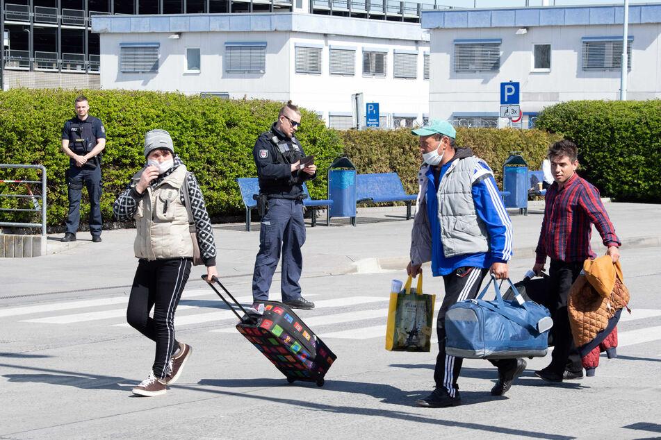 Mit Sonder-Flügen eingereist: Warum alle auf diese Passagiere gewartet haben