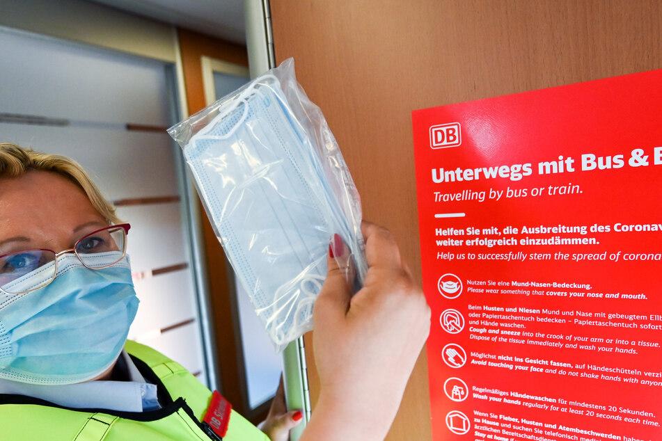 Silke Fenten vom Präventionsteam der Deutschen Bahn hält in einem Intercity zwischen Leipzig und Halle Mund-Nasen-Masken bereit, für Fahrgäste, die ohne Maske reisen.