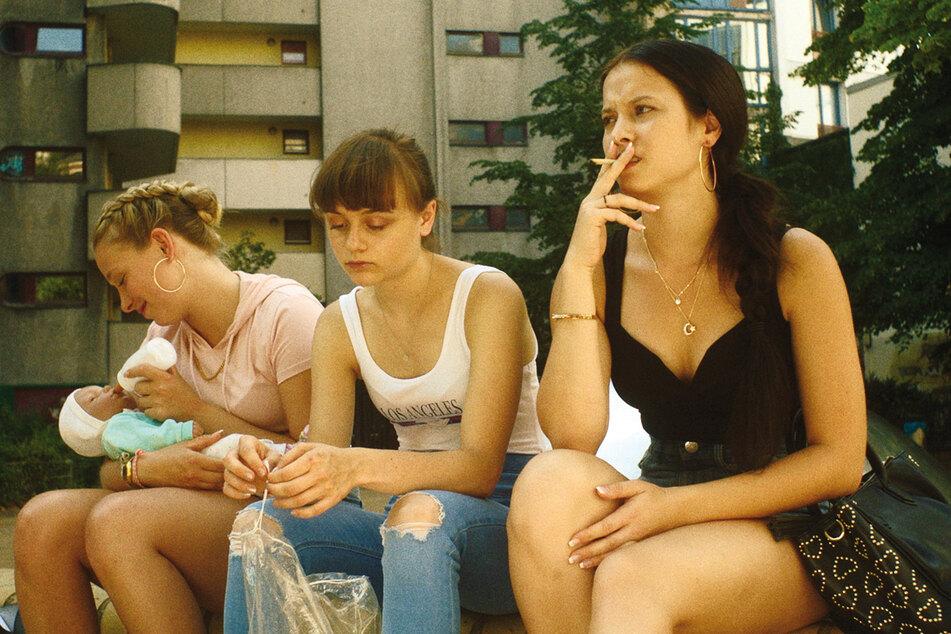 Nora (Lena Urzendowsky) ist die Lebensrealität ihrer Schwester Jule (l., Lena Klenke) und deren Freundin Aylin (r., Elina Vildanova) fremd.