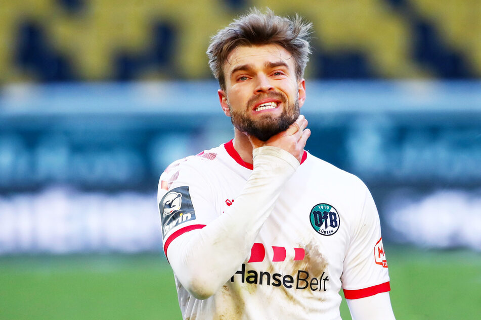 Es ist fraglich, ob er VfB Lübeck Top-Scorer Yannick Deichmann (26) halten kann, auch wenn er es gerne würde. Der offensive Mittelfeldspieler wird offenbar von Zweit- und Drittligisten umworben.
