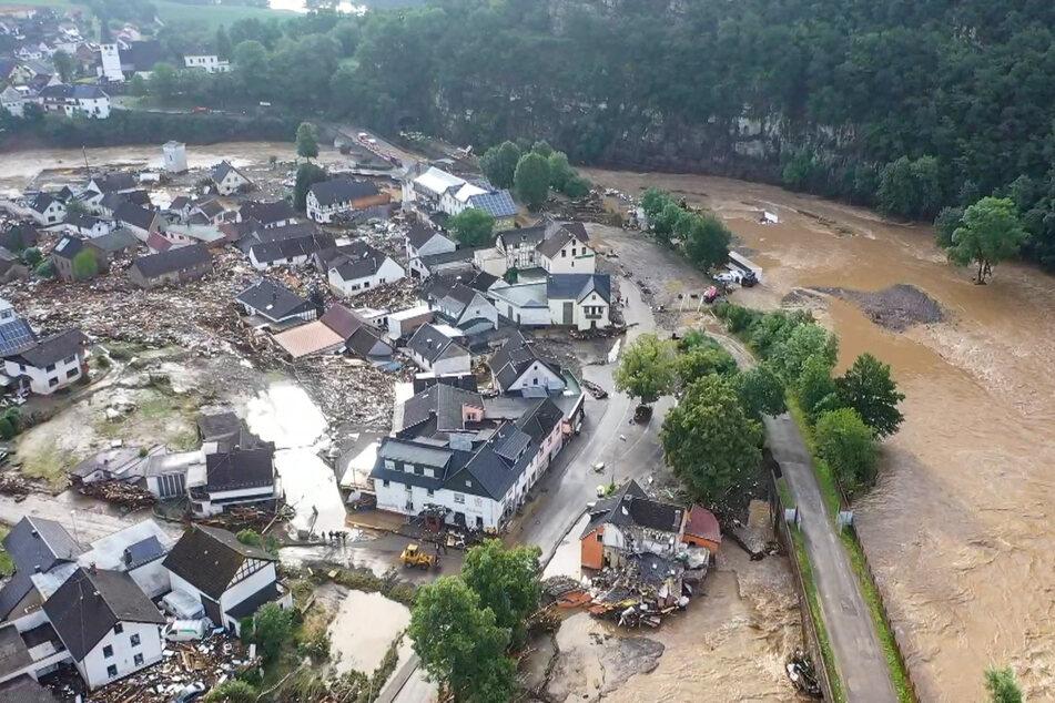 Die mit einer Drohne gefertigte Aufnahme zeigt die Verwüstungen die das Hochwasser der Ahr in dem Eifel-Ort Schuld angerichtet hat.