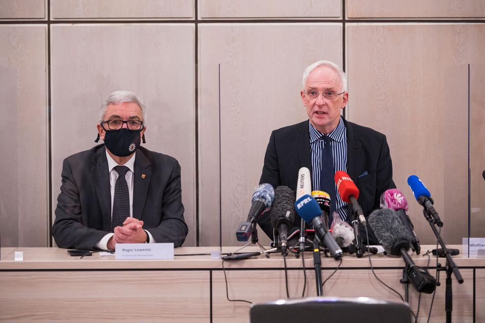 Innenminister Roger Lewentz (57, SPD, l) und der Trierer Oberbürgermeister Wolfram Leibe (60, SPD) geben am Abend eine Pressekonferenz zum Unglück in Trier.