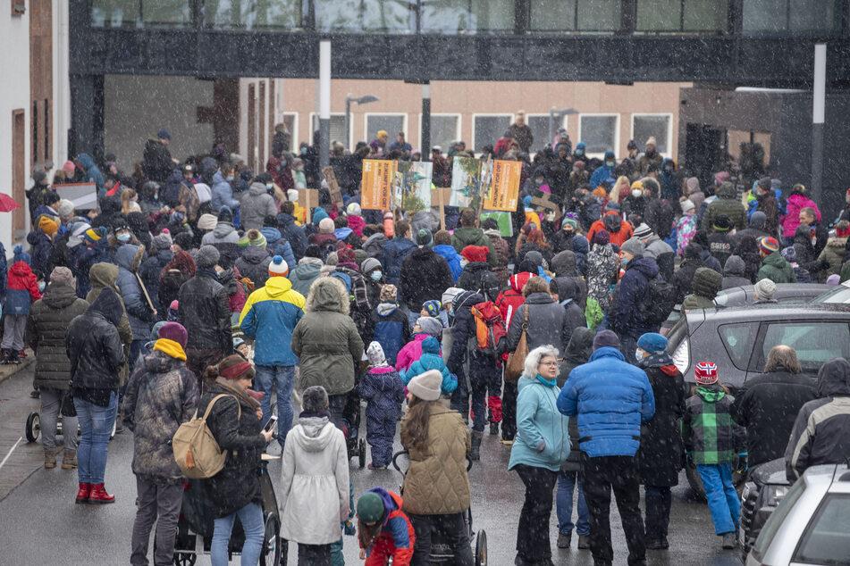 Am Montag haben hunderte Eltern vor dem Landratsamt des Erzgebirgskreises protestiert.