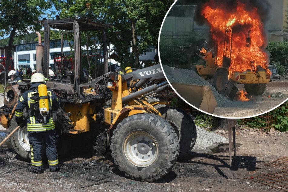 Erzgebirge: Bagger geht in Flammen auf