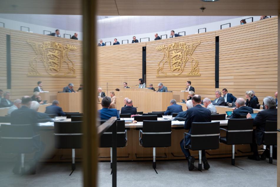 Abgeordnete nehmen an einer Sitzung im Landtag von Baden-Württemberg teil.