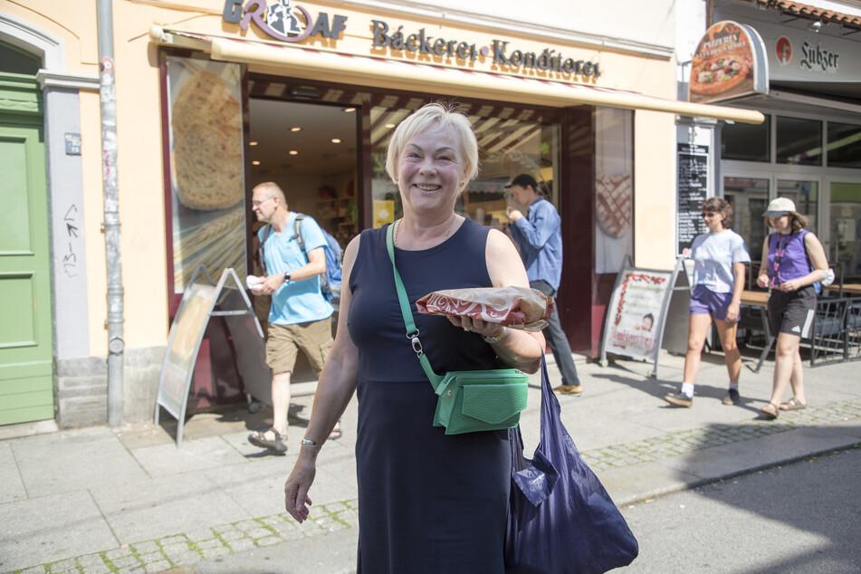 Erleichtert, dass sie beim Bäcker keine Maske mehr tragen muss: Kundin Marita Eberhardt (67).