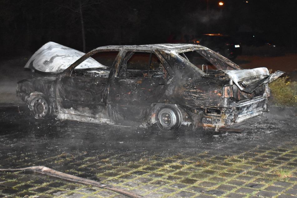 Mit diesem Auto begann am frühen Freitagmorgen die Brandserie in Stendal. Daraufhin mussten Polizei und Feuerwehr noch insgesamt sechsmal innerhalb einer Stunde zu anderen Feuern ausrücken.