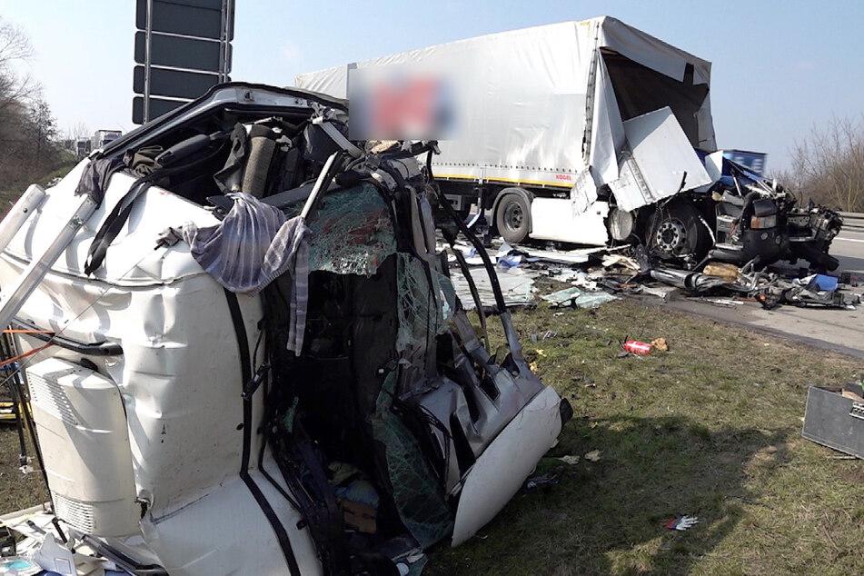 Bei dem Unfall auf der A2 wurde das Führerhaus des Sattelzuges abgerissen.