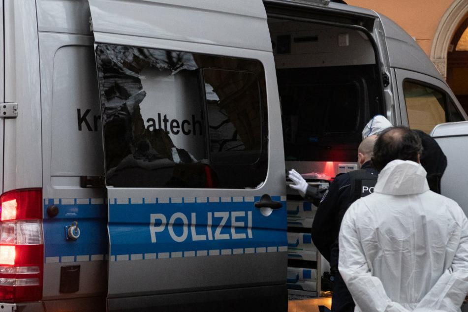 Scheibe von Polizeiwagen bei Einsatz zu Gewaltverbrechen in Neukölln mit Pflasterstein zertrümmert