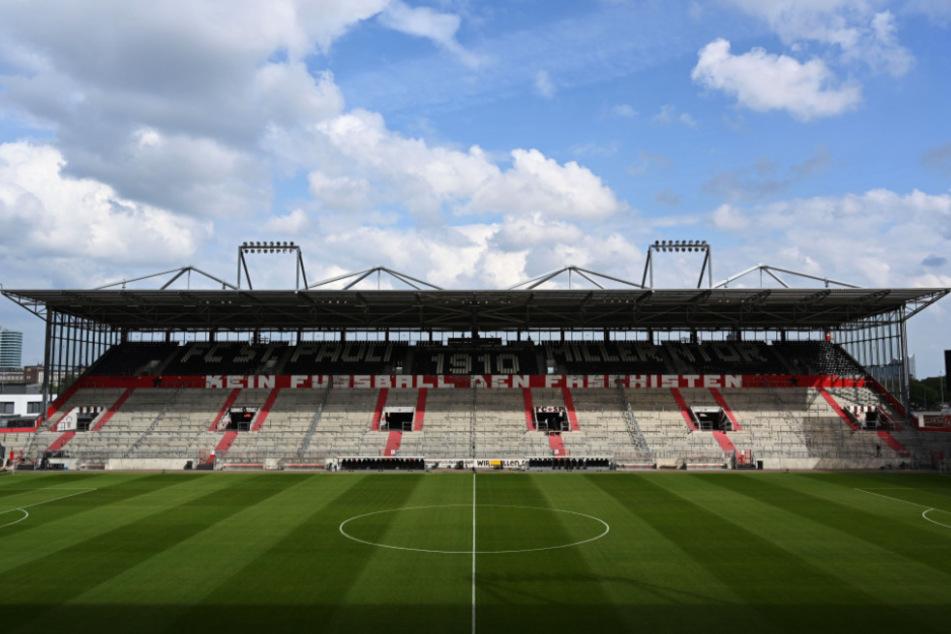 Blick auf den leeren Platz mit der leeren Tribüne vor dem Spiel.