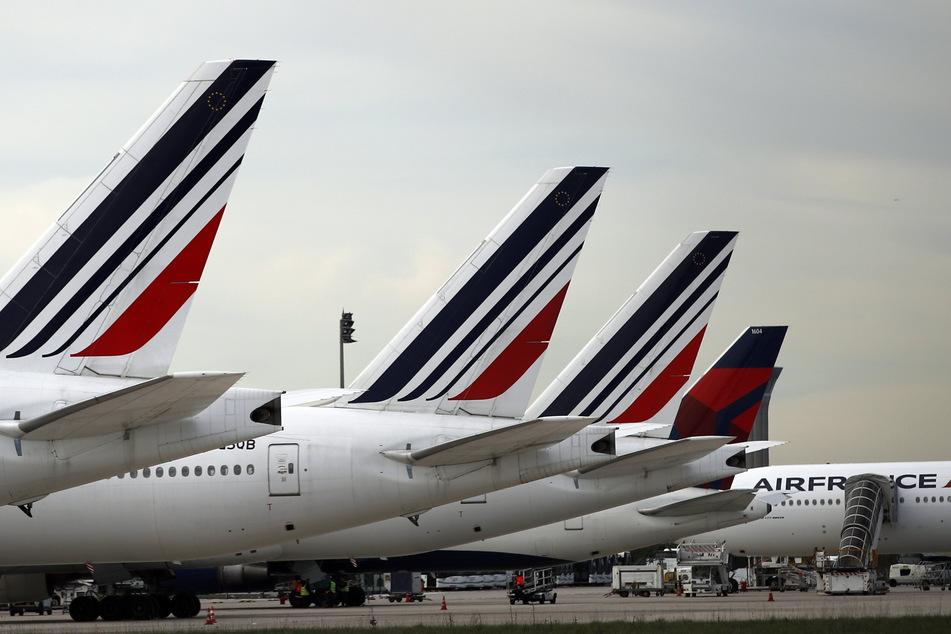 Flugzeuge der französischen Fluggesellschaft Air France stehen auf dem Rollfeld des Flughafens Paris-Charles-de-Gaulle.