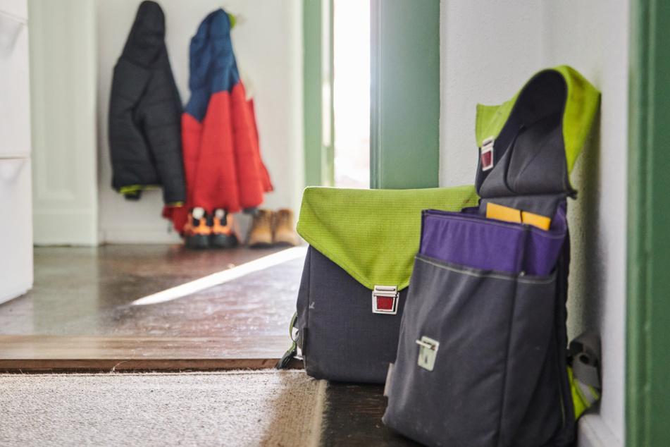 Zwei Schulranzen stehen im Flur einer Wohnung. Schulschließungen bleiben ein sensibles Thema.