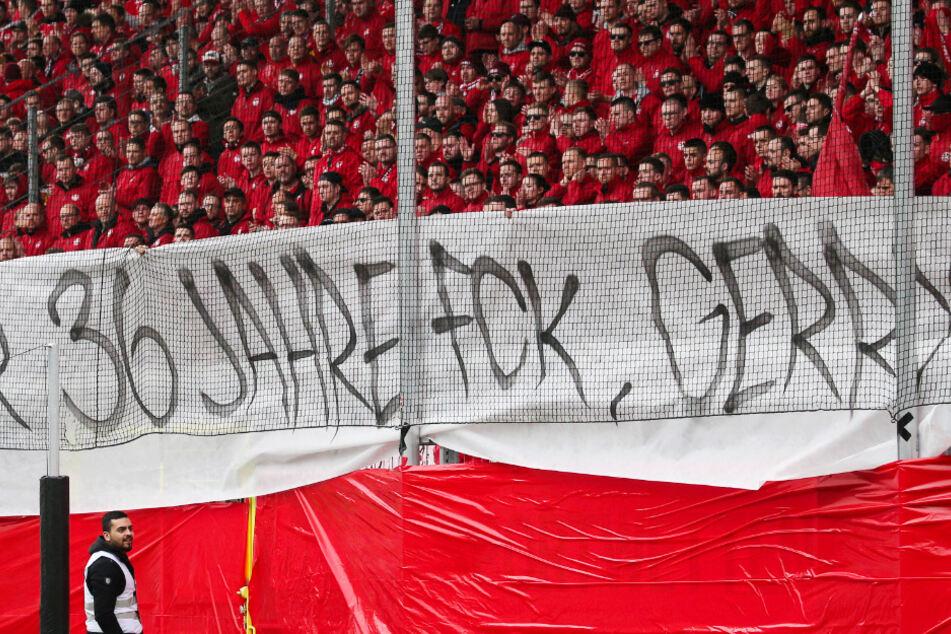 """Die Fans des FCK bedankten sich bei Gerry Ehrmann mit einem Banner. Auf dem stand: """"Danke für 36 Jahre FCK, Gerry!"""""""