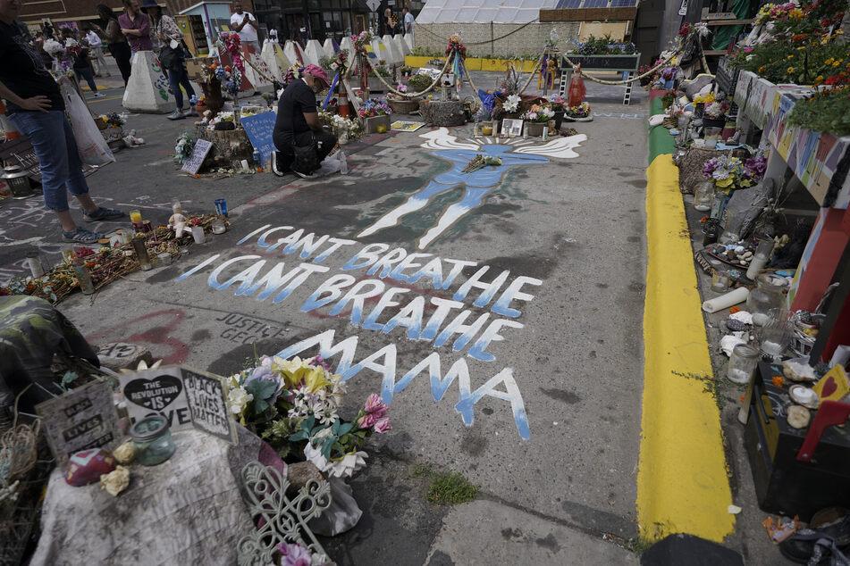 Eine Frau kniet weinend an der Stelle, wo George Floyd (†46) getötet wurde. Der gewaltsame Tod des Afroamerikaners hatte die größte Welle an Demonstrationen gegen Rassismus und Polizeigewalt in den USA seit Jahrzehnten ausgelöst.
