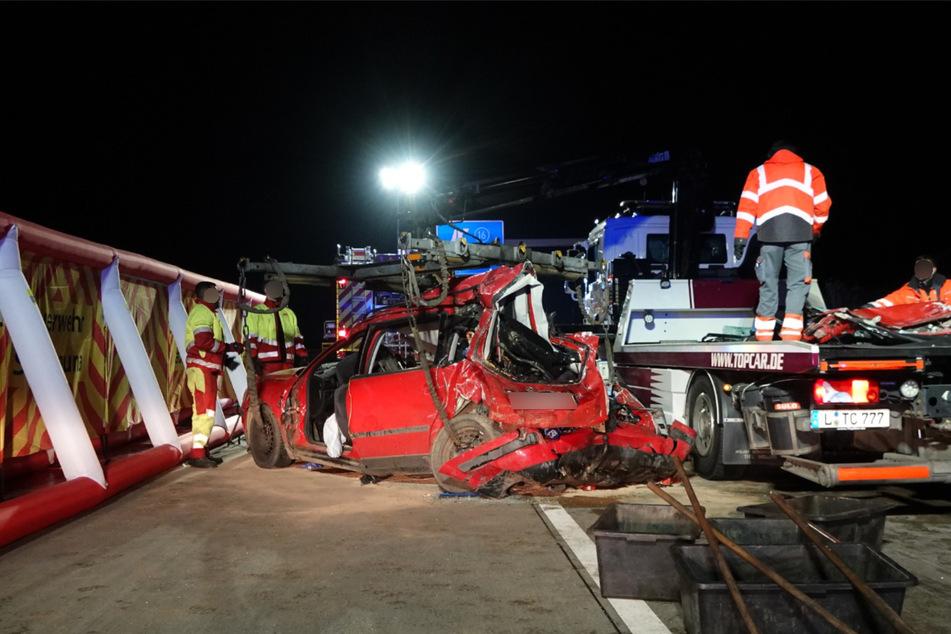 Das Auto wurde bei dem Zusammenstoß komplett zerstört.