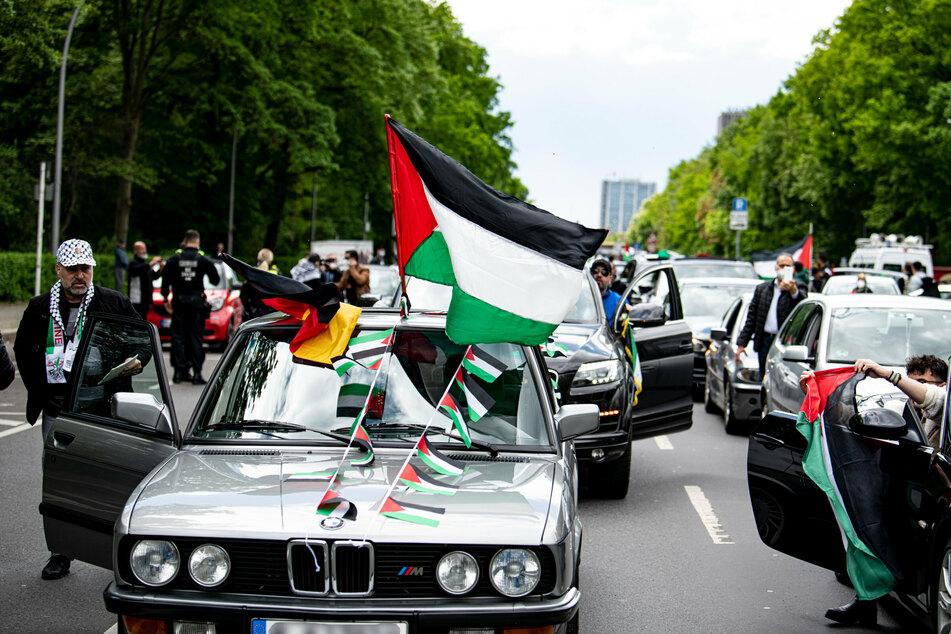 """Ein Autokorso unter dem Motto """"Solidaritätsfahrt mit Gaza, Jerusalem und Sheikh Al Jarrah"""" steht am großen Stern."""