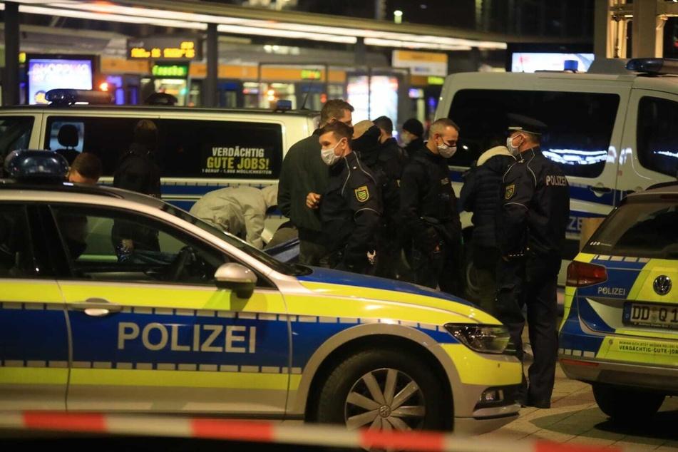 Polizeibeamte am Tatort vor dem Leipziger Hauptbahnhof.