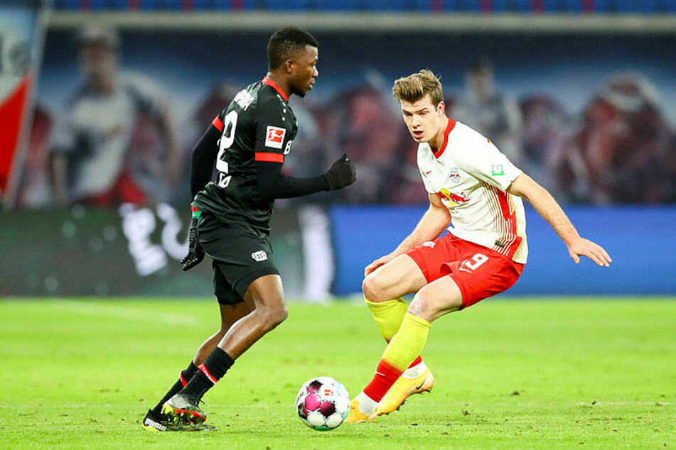 RB Leipzigs Alexander Sörloth (r., hier gegen Edmond Tapsoba) hatte es auch am Samstagabend nicht einfach, leitete aber indirekt das 1:0 ein.