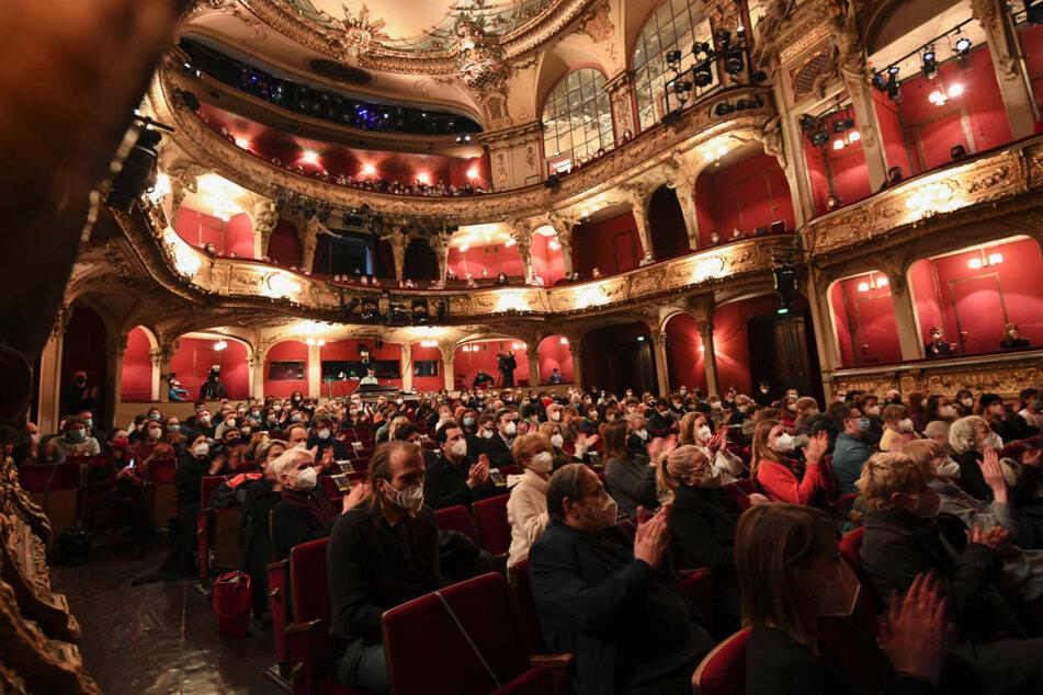 Das Publikum applaudiert vor einer Aufführung des Berliner Ensembles. Mit den Kulturtickets fürs Impfen soll gleichzeitig die angeschlagene Veranstaltungsbranche unterstützt werden.