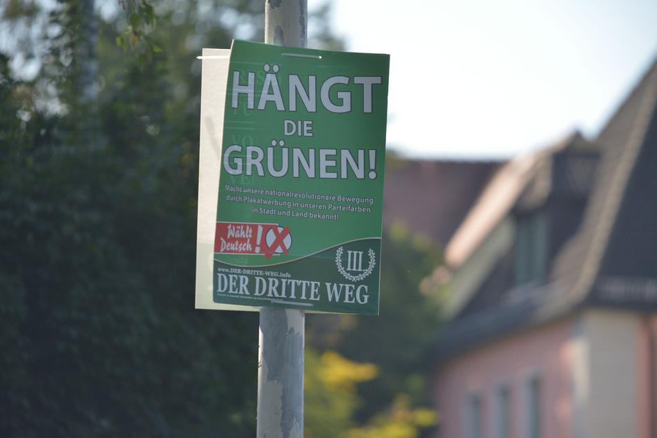 """Mehrere Plakate mit der Aufschrift """"Hängt die Grünen"""" sind in Zwickau gesehen worden. Nach dem Beschluss vom Sächsischen Oberverwaltungsgericht müssen sie entfernt werden."""