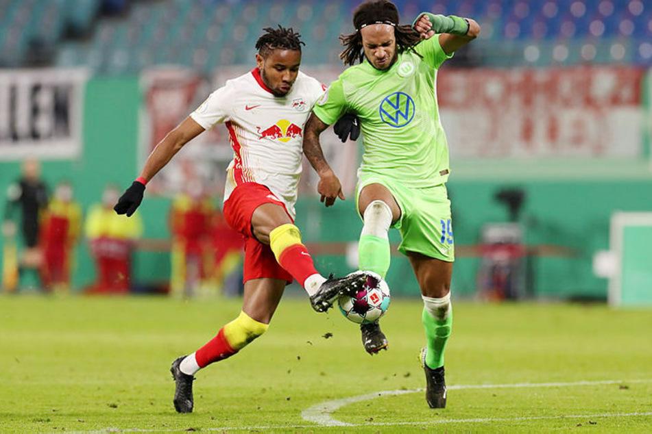 Die Szene, die zum Elfmeter für den VfL Wolfsburg führte: Kevin Mbabu (r.) mit dem Volleyschuss, RB Leipzigs Christopher Nkunku hält mit offener Sohle dagegen. Nach Bildschirm-Überprüfung gab's Strafstoß.