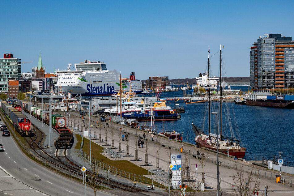 Der Hafen der Schleswig-Holsteinischen Landeshauptstadt an der Kieler Förde. Im Norden ist die Corona-Inzidenz wieder leicht gestiegen. (Symbolfoto)