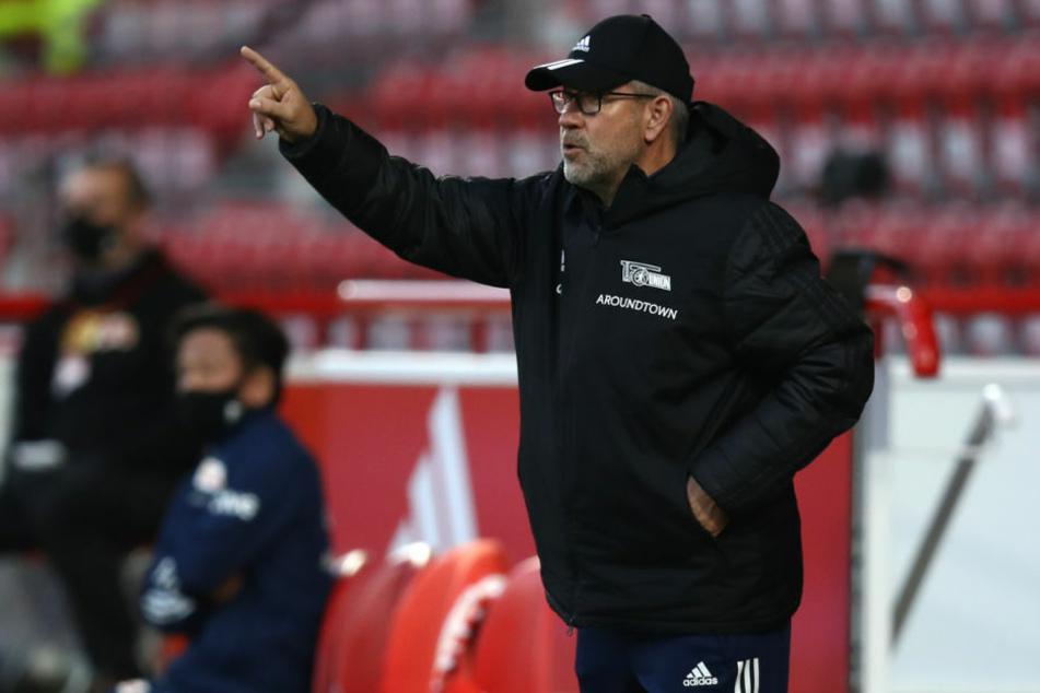 Union Berlins Trainer Urs Fischer (54) gibt während eines Spiels Anweisungen an der Seitenlinie. Wegen der Corona-Pandemie sieht der Familienmensch seine Liebsten in der Schweiz derzeit kaum.