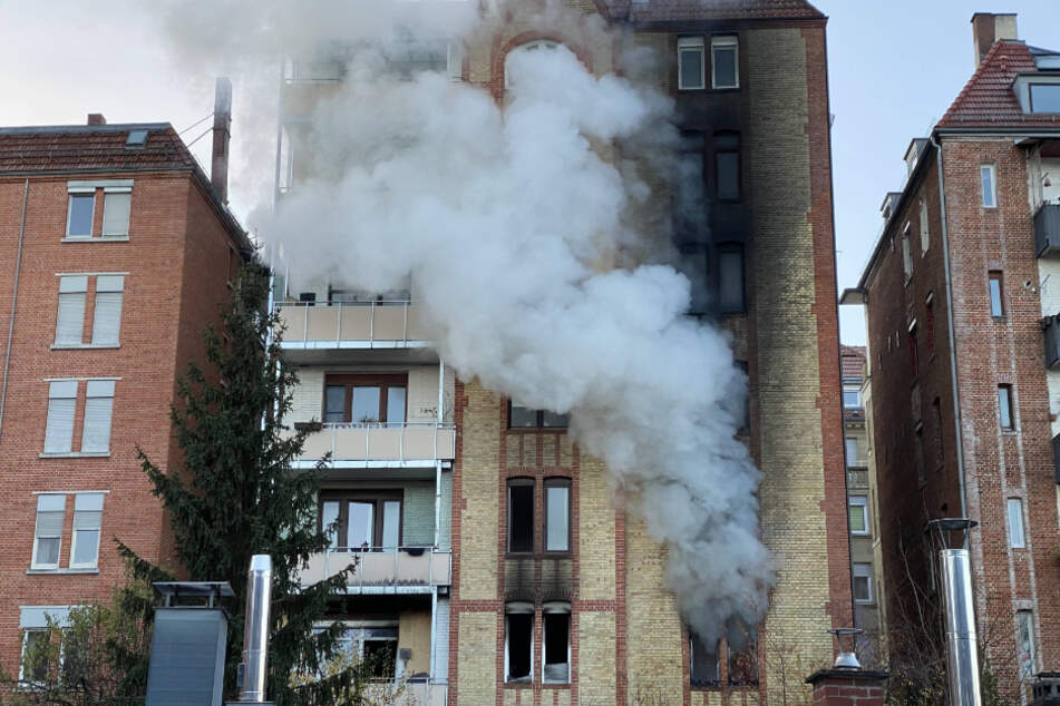 Stuttgart: Mehrfamilienhaus in Stuttgart steht in Flammen: Feuerwehr im Großeinsatz
