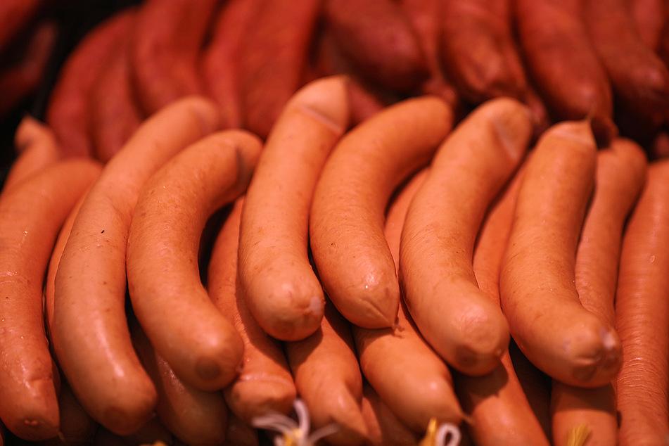 Fleischwurst liegt in einer Kölner Metzgerei in der Auslage.