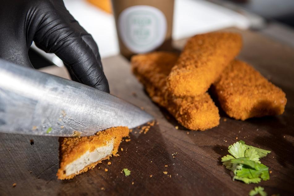 Ein Koch bereitet veganes Fischfilet zu: Optisch ist kaum ein Unterschied zu erkennen.