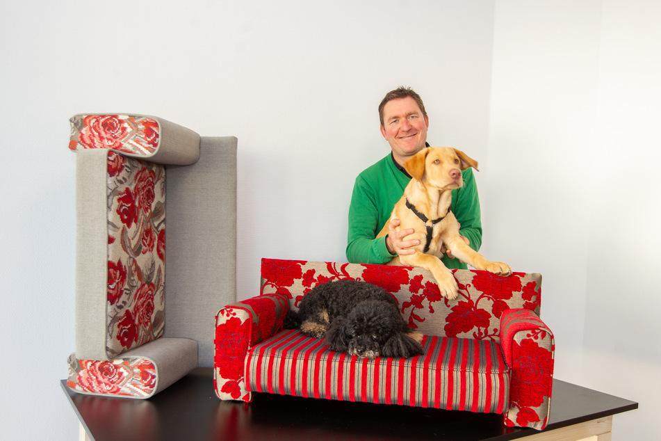 """Rico Kusche (43) hat für Pudel """"Rambo"""" und Labrador """"Ole"""" eigene Sitz- und Liegemöbel entworfen."""