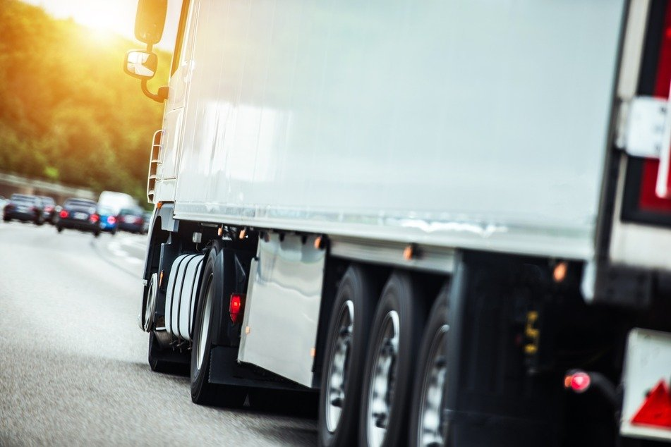 Ein Lkw hatte die große Holz-Kabeltrommel während der Fahrt auf der A61 verloren (Symbolfoto).