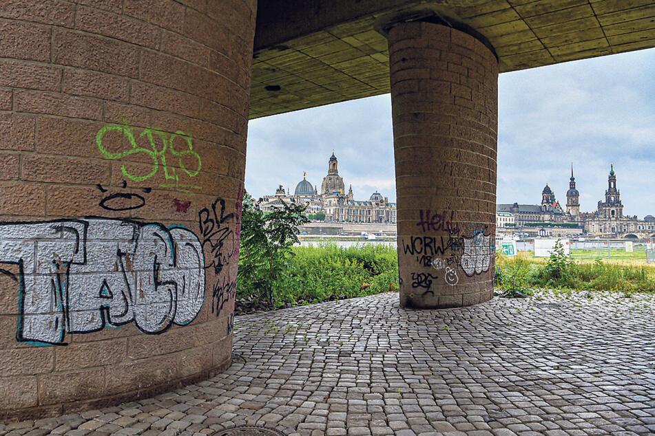 Gehören auch zum Stadtbild: illegale Graffiti, hier am Elberadweg.