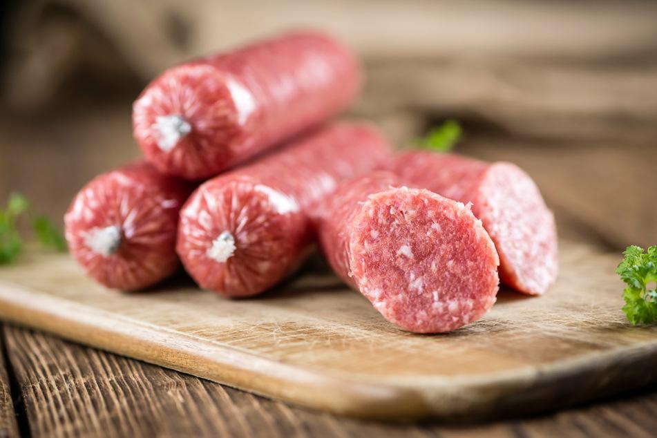In NRW rufen viele Rewe-Märkte ihre Zwiebelmettwurst der Hausmarke wegen Salmonellen-Gefahr zurück. (Symbolbild)
