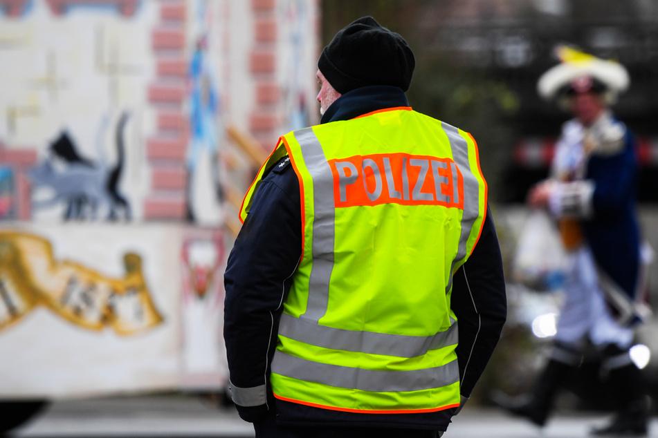 Ein Polizist steht an einer Straße. (Symbolbild)